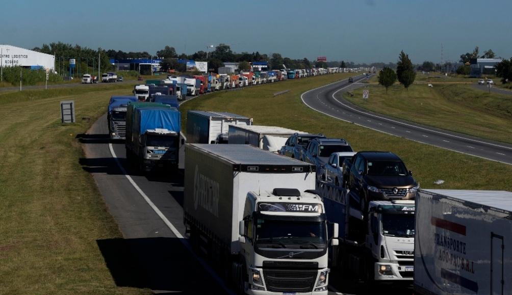 cerca del mediodía los organizadores de la protesta resolvieron flexibilizar la medida y dejar pasar 30 camiones de carga por hora.