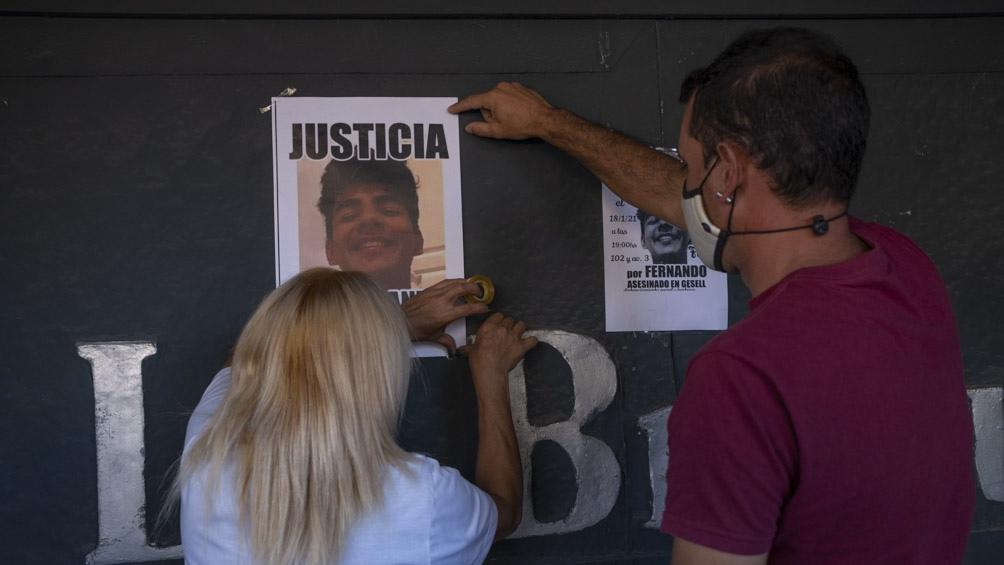 """integrantes del grupo """"Justicia por Fernando"""" realizaron un acto en la puerta de """"Le Brique"""""""