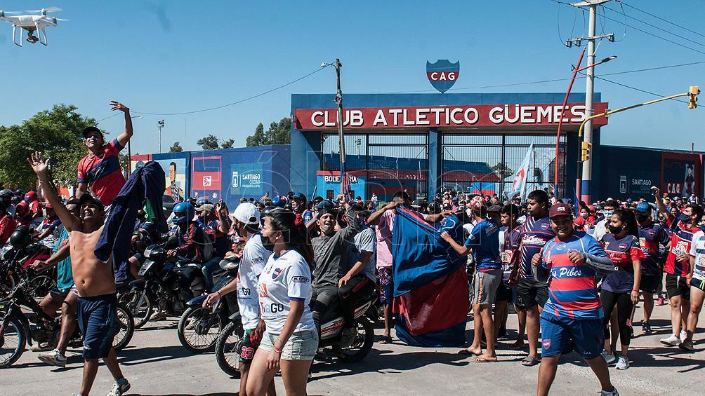 Cientos de hinchas recibieron al plantel de Güemes tras ascender a la Primera Nacional