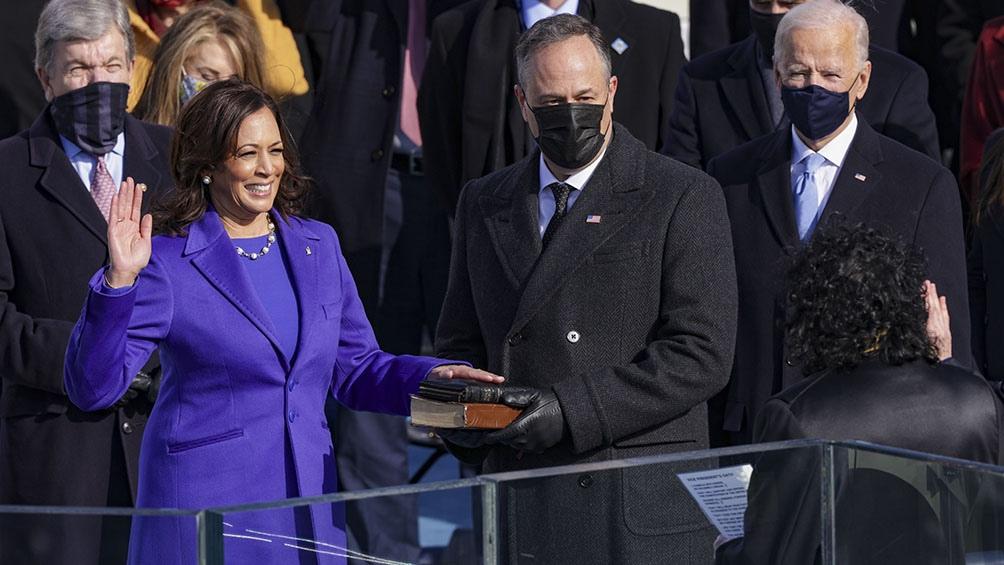 "Kamala Harris se dice ""lista para servir"" tras asumir como la primera vicepresidenta"