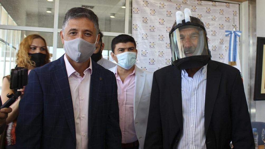 La máscara tiene un sistema que proporciona por medio de tubos una presión constante y estable de oxígeno.