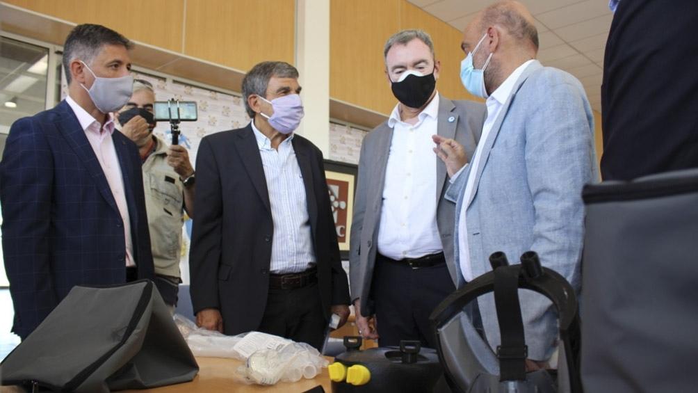 El funcionamiento de la máscara fue constatado por el ministro de Ciencia, Roberto Salvarezza, y otros funcionarios.
