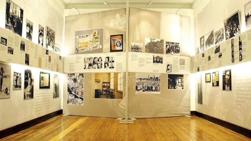 Alberga imágenes y testimonios que reflejan el horror del Holocausto.