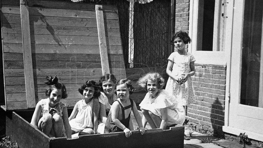 La pequeña Ana en Amsterdam, con amigas.