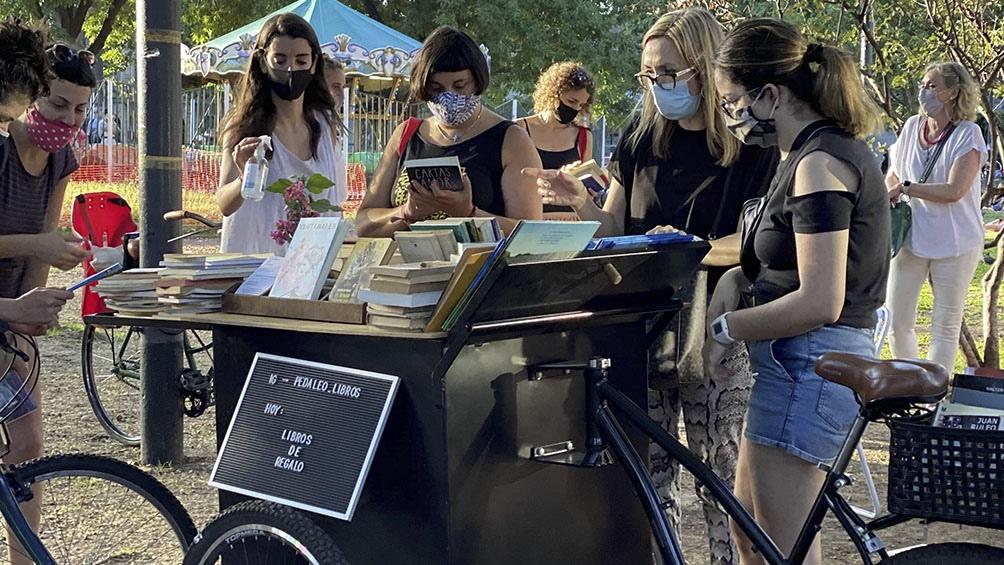 Un móvil para repartir libros y crear lectores, en una plaza de Belgrano.