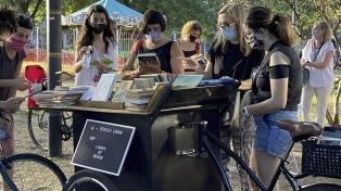 Libros de regalo: una bici carrito invita a intercambiar títulos en una plaza porteña