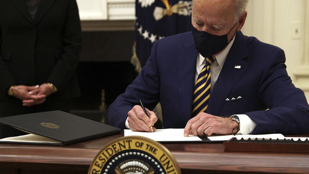 بایدن احکام مربوط به کمک غذایی ، حمایت از بیکاران و حداقل دستمزد 15 دلار در ساعت را امضا کرد.