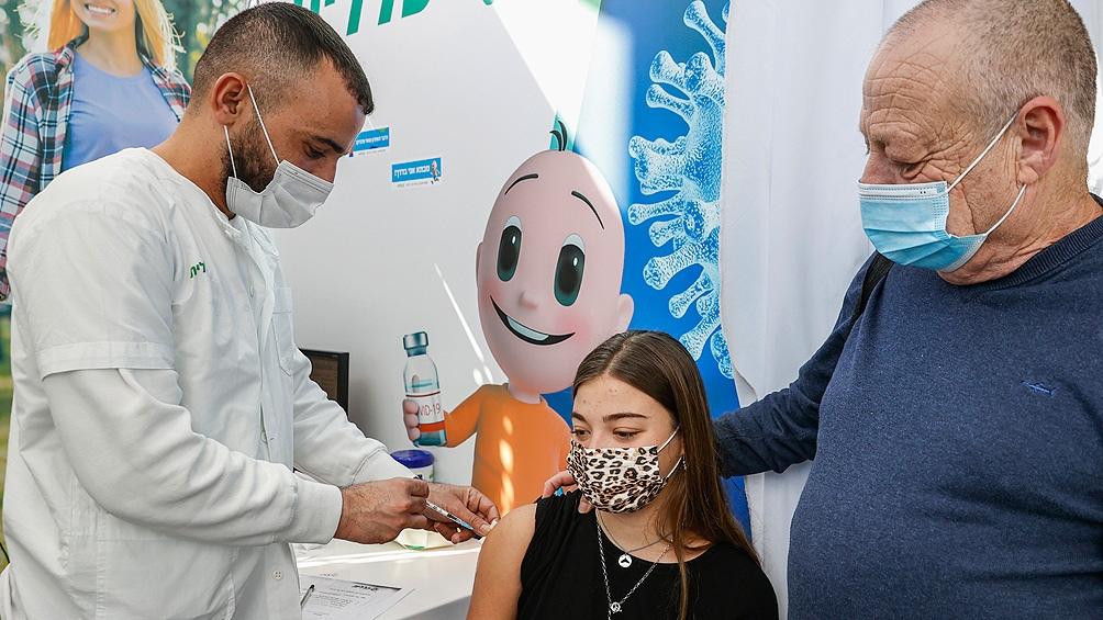 Más de la mitad de la población israelí recibió la primera dosis de la vacuna de Pfizer