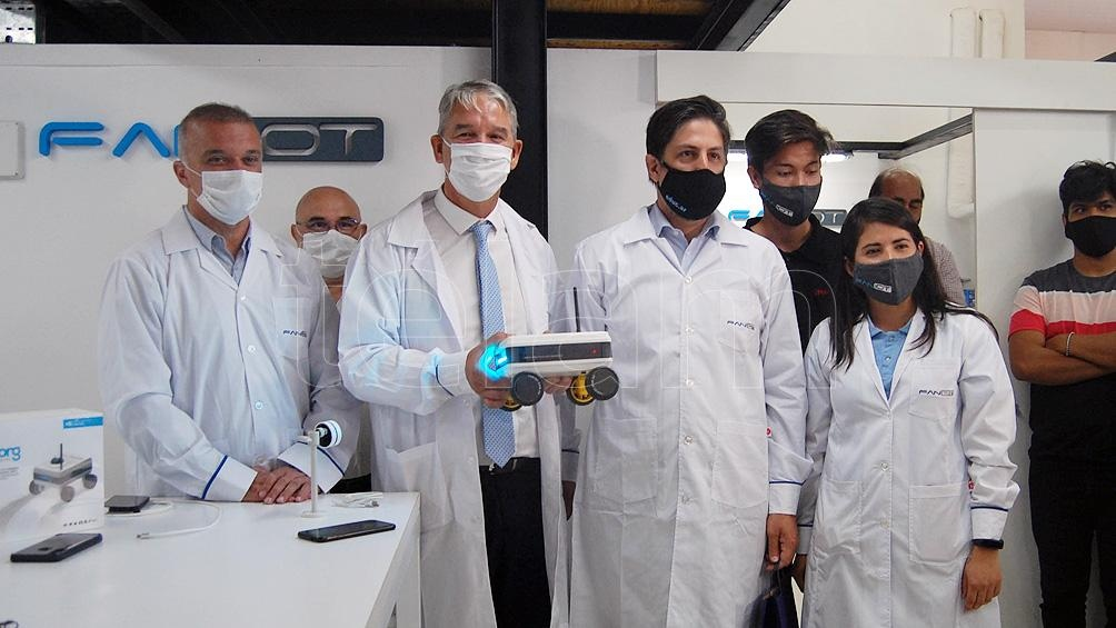 Trotta en una recorrida por las instalaciones de la Primera Fábrica Argentina de NanoSensores IOT para la Robótica, en el Parque Industrial Posadas