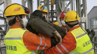Rescataron a once trabajadores atrapados desde hace dos semanas en una mina de oro