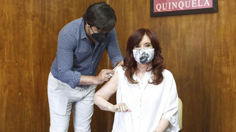 La vicepresidenta de la Nación fue vacunada por Nicolás Kreplak en el Hospital Presidente Perón, de Avellaneda.