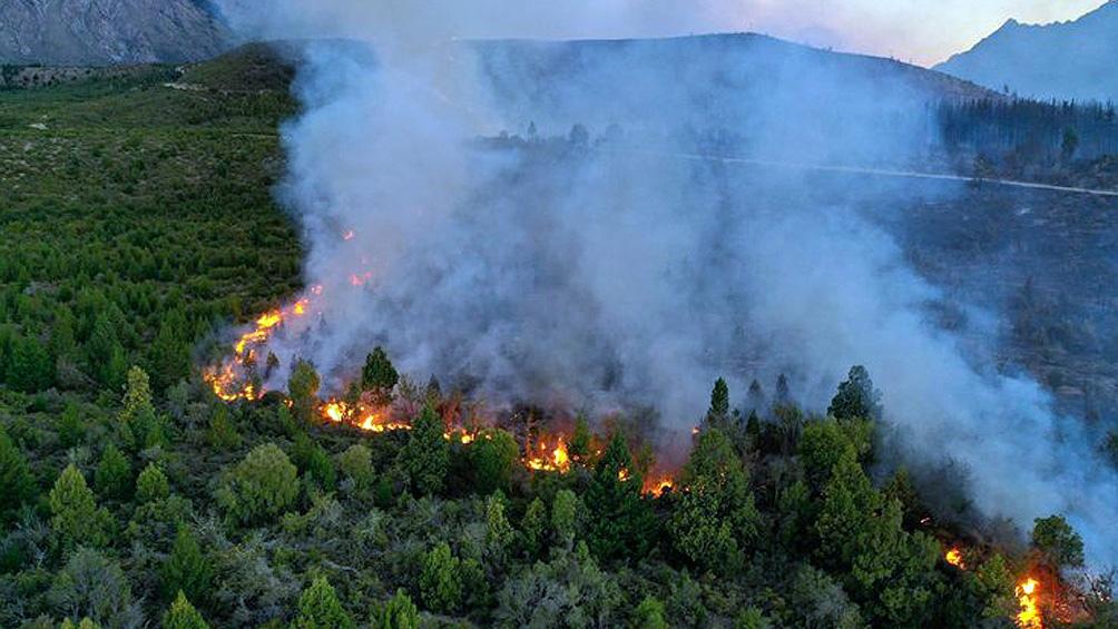 El fuego arrasó 8.000 hectáreas en El Bolsón. A su vez hay focos controlados en Neuquén y Chubut.