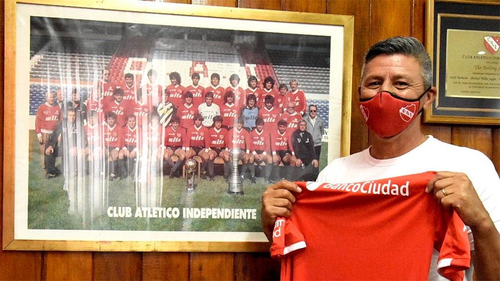 """Monzón, gloria del """"Rojo"""" ahora llega al club como colaborador de Julio Falcioni (foto: @Independiente)"""
