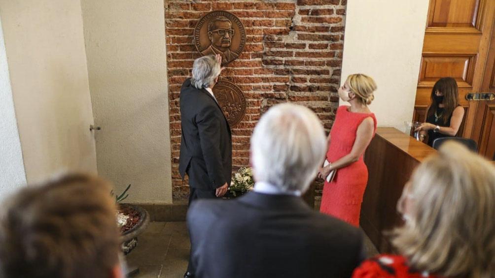 Fernández visitó el despacho acompañado por la hija del expresidente