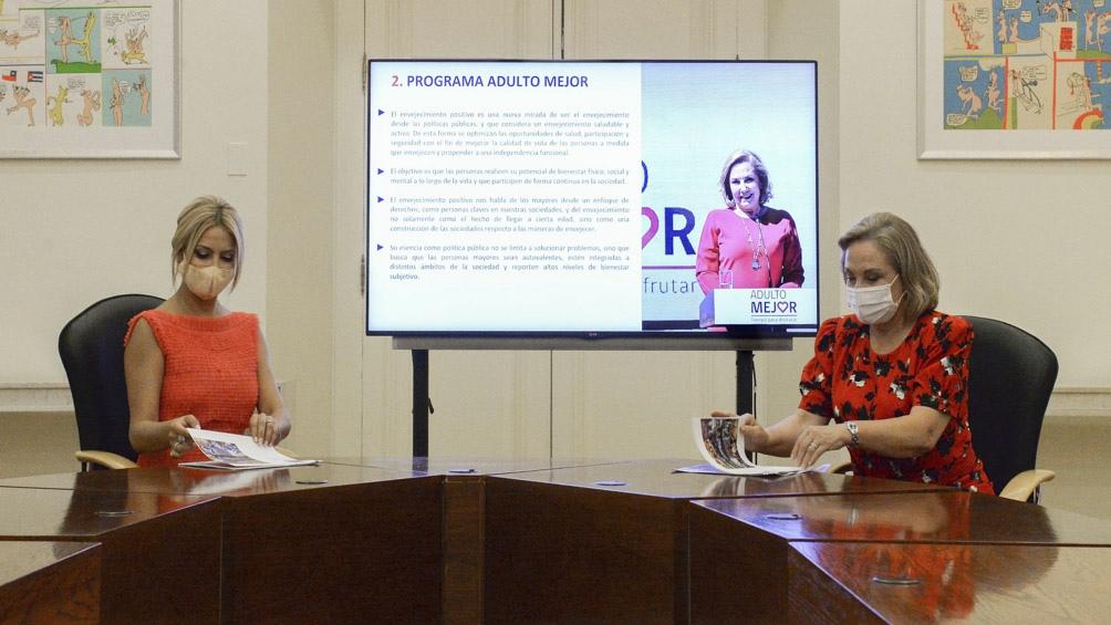 """Cecilia Morel le presentó a Yañez el Programa """"Adulto Mejor"""" que lleva adelante en su país."""