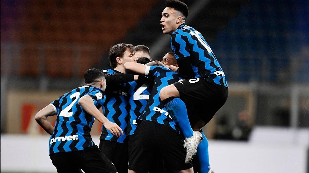 Inter, con 50 puntos, superó por uno a su clásico rival Milan (49), que el sábado perdió con Spezia por 2 a 0.