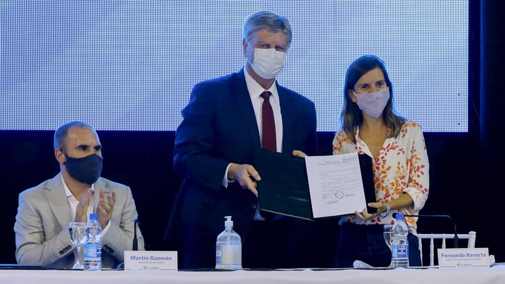 Guzmán firmó acuerdos con el gobernador de La Pampa, Sergio Ziliotto.
