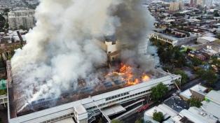 Un gran incendio en hospital de Santiago eleva la presión al sistema de salud en la pandemia
