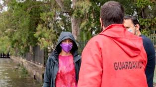 Asisten a vecinos de Quilmes por la crecida del río