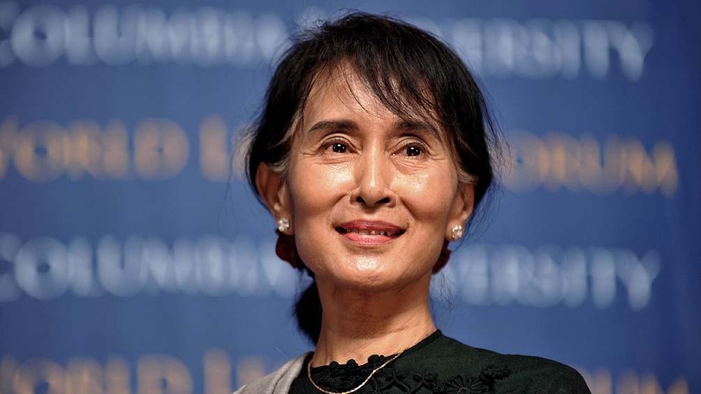 نیروهای مسلح دولت را سرنگون و سیاستمداران برجسته از جمله آنگ سان سوچی برنده جایزه صلح نوبل را دستگیر کردند.