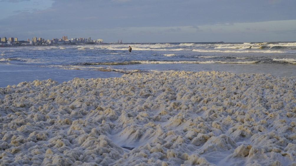 En algunas playas la espuma alcanzó los 50 centímetros de espesor.