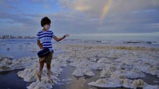 Las playas de Mar del Plata se cubrieron con una densa espuma marina