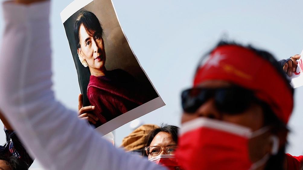 Paz Suu Kyi, de 75 años, continúa bajo arresto domiciliario.