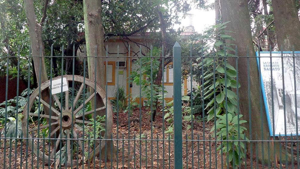 El frente de la casa de Santos Lugares.