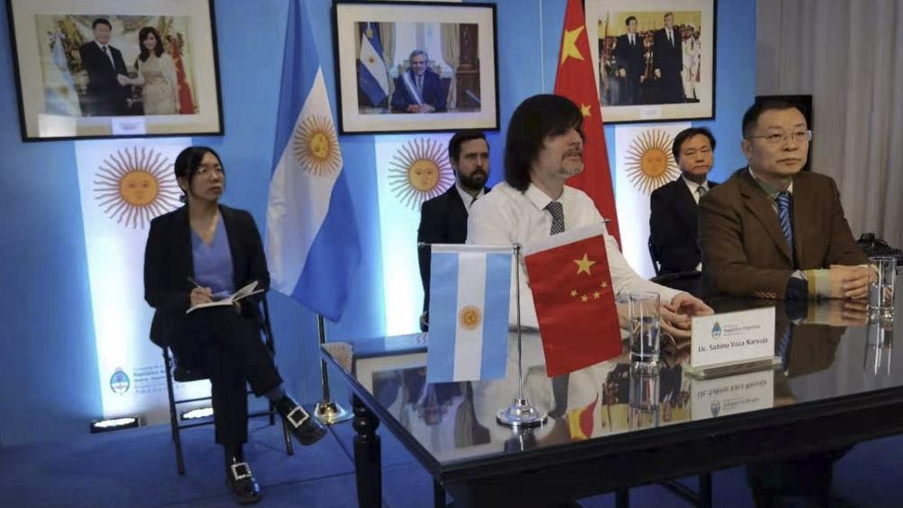 Argentina y una empresa china firman acuerdo para producir vehículos eléctricos en el país.
