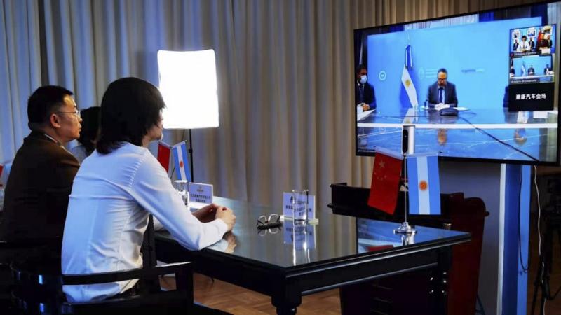 Argentina y una empresa china firman acuerdo para producir vehículos eléctricos en el país