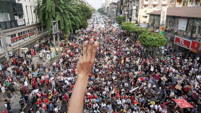 La junta militar impone la ley marcial para calmar las protestas y la huelga general