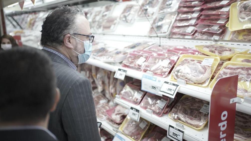 El ministro Kulfas recorrió un supermercado en San Juan para constatar la existencia de las carnes del acuerdo.
