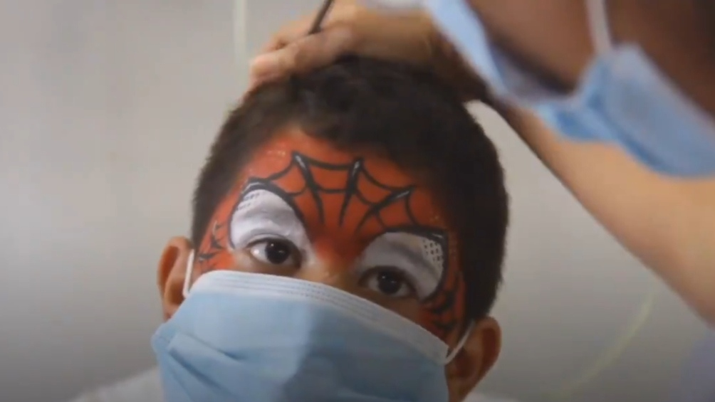 Padres y médicos aseguran que el maquillaje ayuda a los chicos en su recuperación.