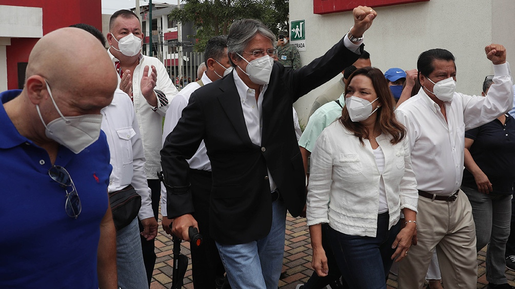 El banquero Guillermo Lasso votó en Guayaquil.