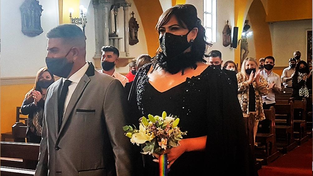 La novia se vistió de negro por todas aquellas compañeras que no pudieron casarse y usó un lazo con los colores del orgullo gay.