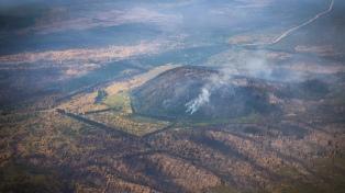 Luchan para que el fuego de El Bolsón no llegue a las casas de la comunidad Nahuelpan
