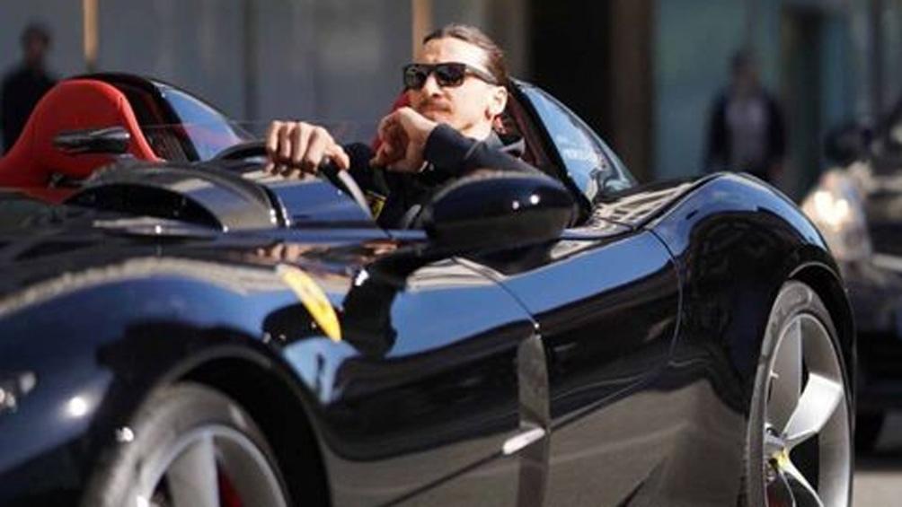 El delantero estuvo paseándose en su auto por la calles de Milano