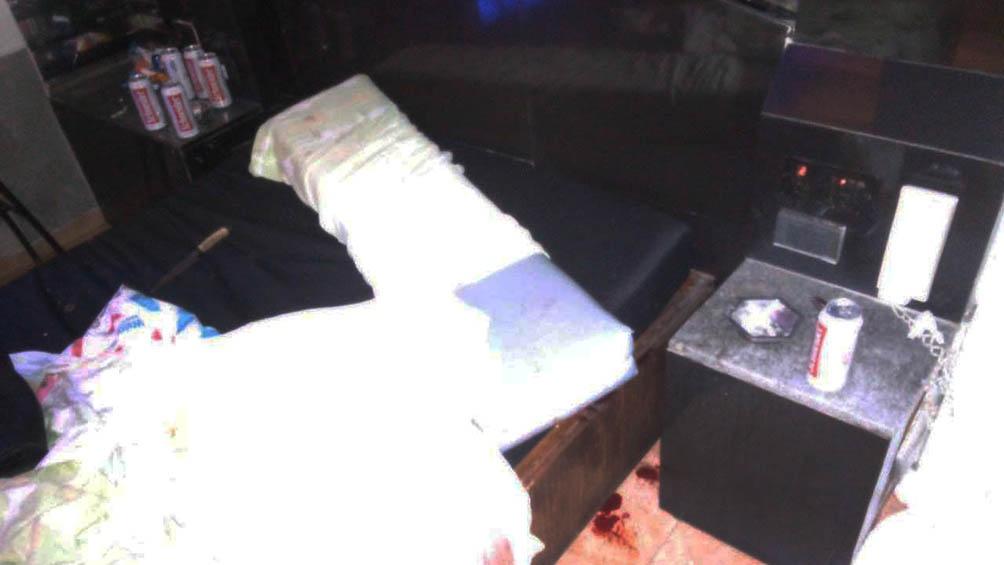 En la pieza se hallaron manchas de sangre, un cuchillo de mango blanco y marrón, latas de cerveza y un teléfono celular.