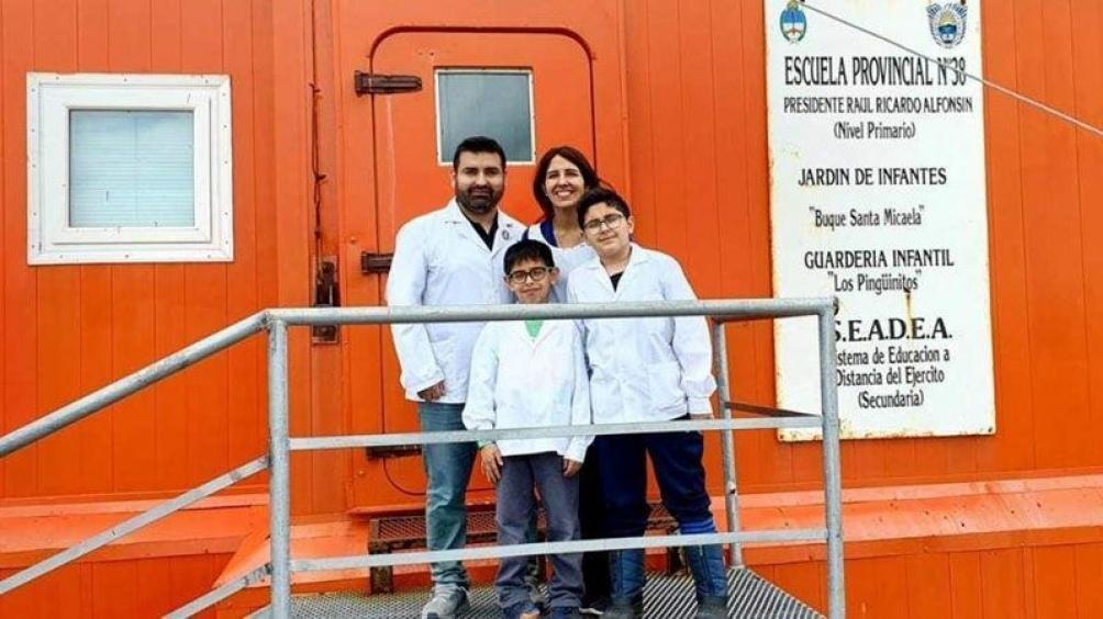 Victor y sus alumnos en la Base esperanza.