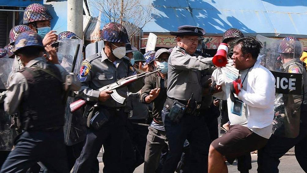 En dos semanas, los militares ya detuvieron a unos 400 políticos, activistas y miembros de la sociedad civil, entre ellos periodistas, médicos y estudiantes.