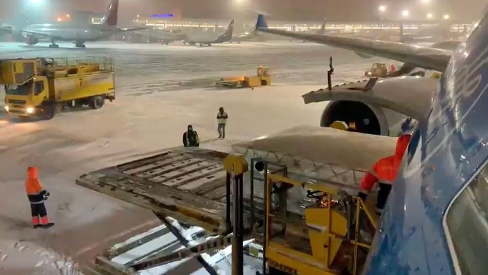 El temporal de nieve ocasionó congestión en el tráfico del aeropuerto y demoró las operaciones de carga.