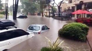 Comenzó a drenar el agua en las calles anegadas tras el fuerte temporal en Pinamar