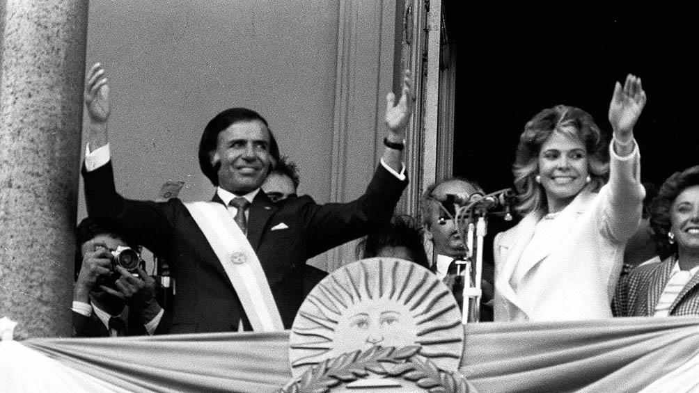Menem, junto a su mujer Zulema Yoma, saludando en el balcón de la Casa Rosada, tras su asunción como presidente, en 1989.