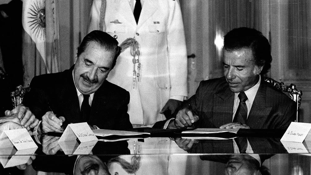 Con Raúl Alfonsín, a quien sucedió en 1989.