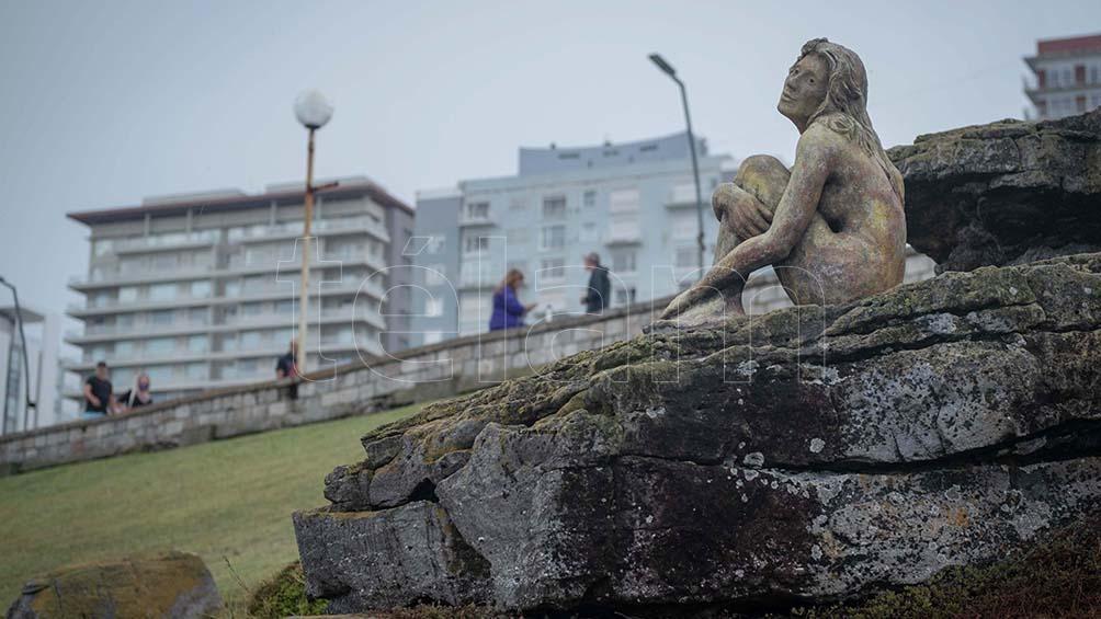 La escultura que apareció en Playa Chica es toda una atracción para los turistas.