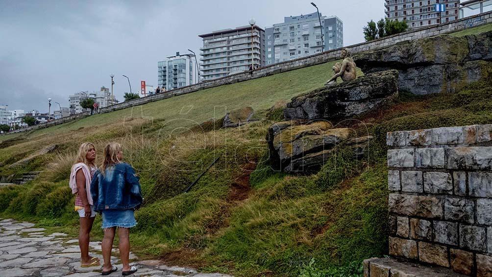 Los turistas admiran la obra cuyo autor se desconoce.