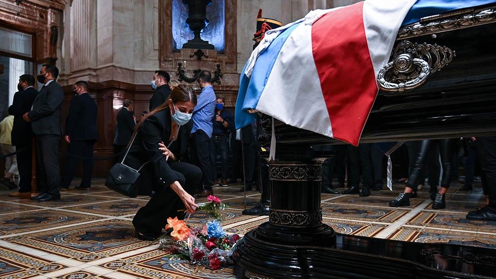 En el interior de la capilla ardiente, Zulemita recibió el saludo y las condolencias del público que se acercó a brindar su último adiós al exmandatario.