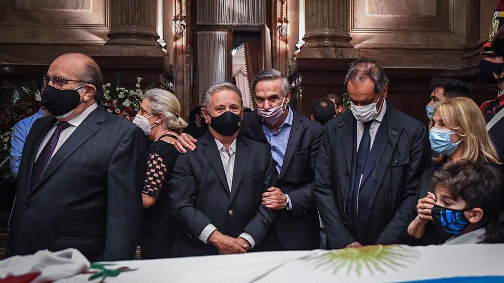 Los primeros dirigentes políticos en llegar al velatorio para despedir al exmandatario fueron Miguel Angel Pichetto, Daniel Scioli y Eduardo Duhalde, entre otros.