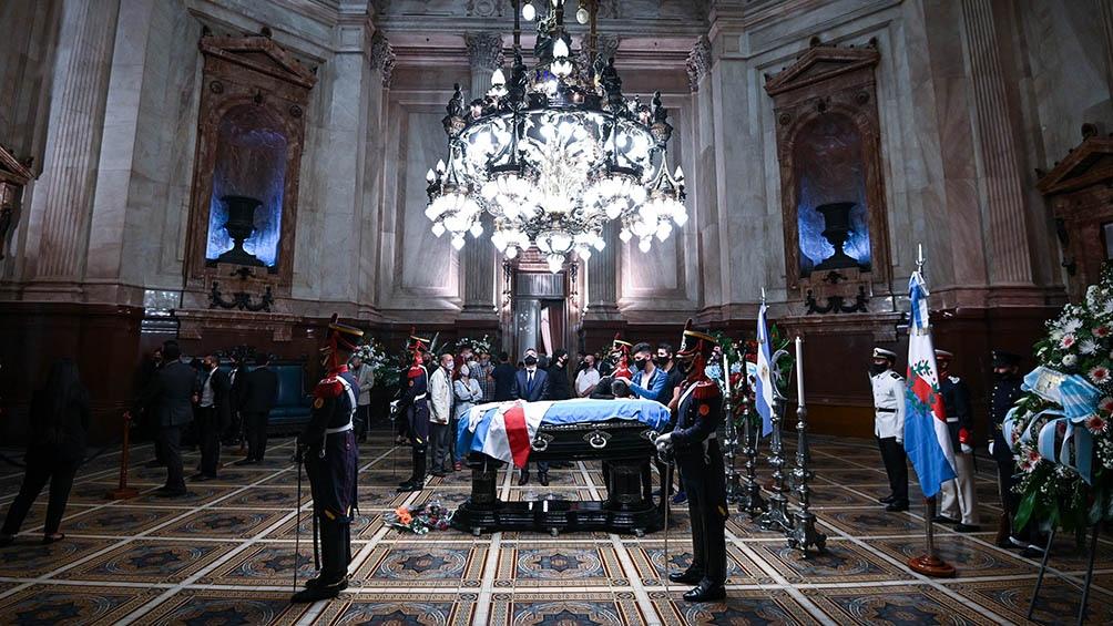 El féretro fue cubierto con varias banderas argentinas y una camiseta de River, club del cual era hincha el expresidente.