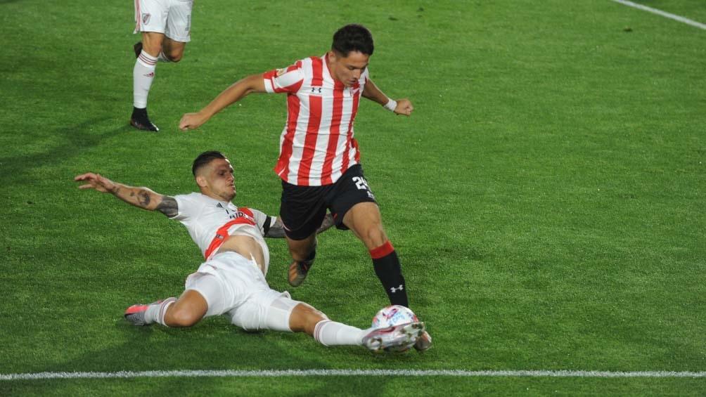 El conjunto platense dio vuelta el resultado, jugando todo el segundo tiempo con un hombre menos por la expulsión de Fernando Tobio